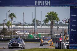 #67 Hyundai / Rhys Millen Racing Hyundai Veloster: Rhys Millen recebe a bandeirada
