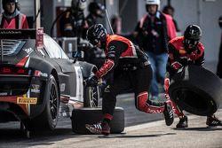 Equipe da Belgian Audi Club Team WRT trabalhando