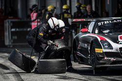 Equipe da All-Inkl.com Münnich Motorsport trabalhando
