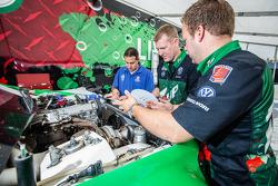 Volkswagen Andretti Rallycross membros da equipe trabalhando