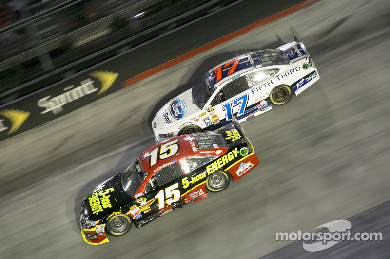 Clint Bowyer ve Ricky Stenhouse Jr.