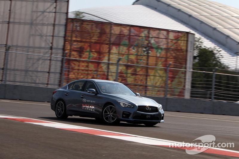Sebastian Vettel rijdt een rondje over het Sochi Autodrom