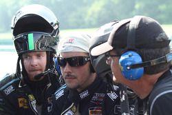 #07 TRG-AMR : L'équipe regarde la course