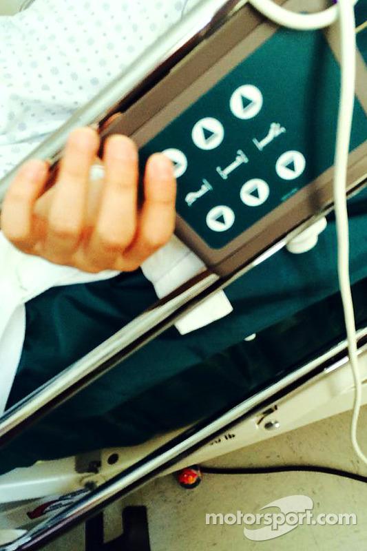 Ayrton Climo ajusta sua cama de hospital, fato testemunhado por sua mãe, Lisa Climo