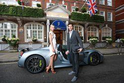 Maria Sharapova e Mark Webber com o Porsche 918 Spyder