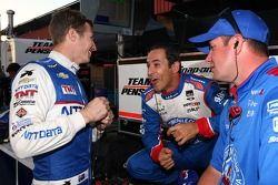 Ryan Briscoe, Chip Ganassi雪佛兰车队,和Helio Castroneves, Penske雪佛兰车队