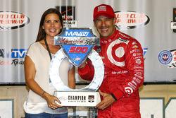1. Tony Kanaan, Chip Ganassi Racing, mit Ehefrau Lauren