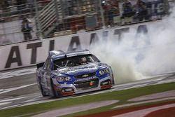 Il vincitore della gara Kasey Kahne su Chevrolet del team Hendrick Motorsports