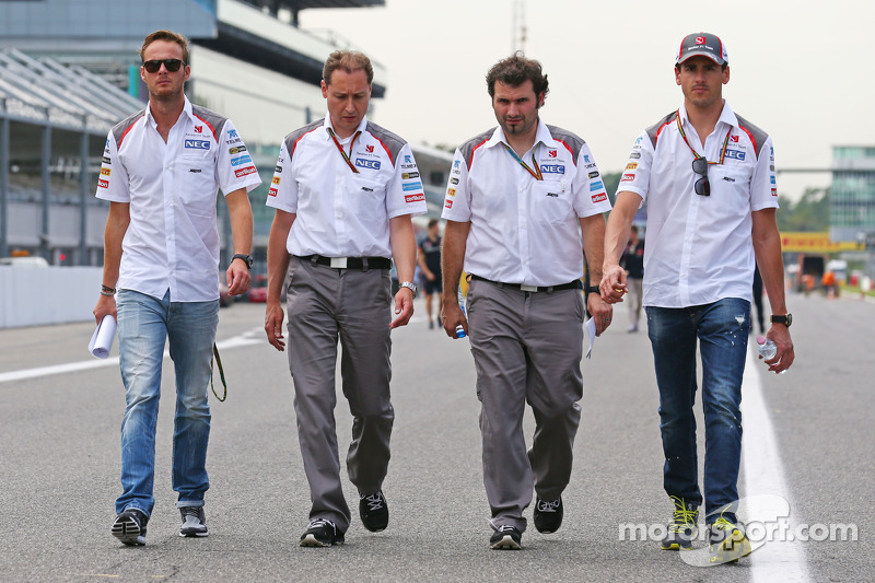 Giedo van der Garde, Sauber Terzo pilota, e Adrian Sutil, Sauber, a piedi lungo il circuito