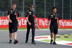 Romain Grosjean marche sur le circuit
