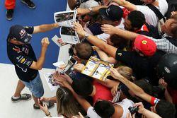 Sebastian Vettel, Red Bull Racing firma de autógrafos para los fans