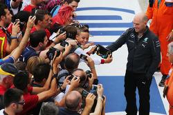 Jock Chiaro, Mercedes AMG F1 con i tifosi in pit lane