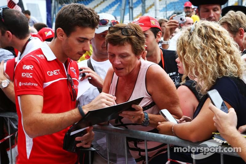 Jules Bianchi, Marussia F1 Team firma autografi per i tifosi
