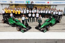 (Soldan Sağa): Marcus Ericsson, Caterham ve takım arkadaşı Kamui Kobayashi, Caterham takım fotoğrafında