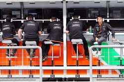 Sergio Perez, Sahara Force India F1 pit alanında