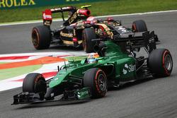 Roberto Merhi devant Pastor Maldonado, Lotus F1 E22