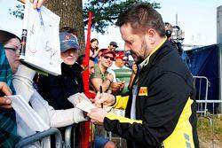 Paul Hembery signe des autographes