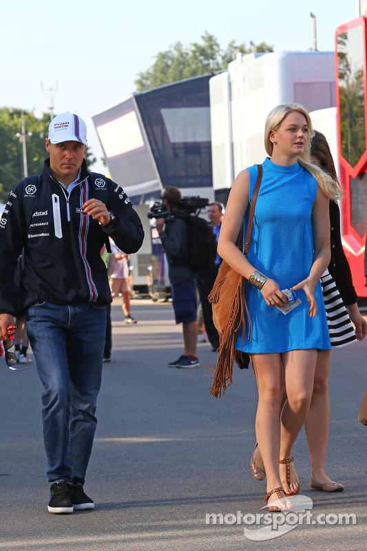 (Esquerda para direita): Valtteri Bottas, Williams, com sua namorada
