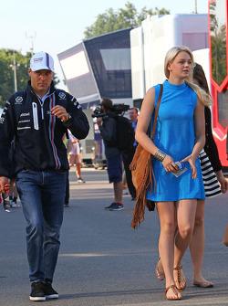(从左至右): 维塔利·博塔斯, 威廉姆斯车队 与他的女友