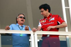 (Links naar rechts): Joe Custer, Stewart Haas Racing Vicepresident, met Mattia Binotto, Ferrari Race