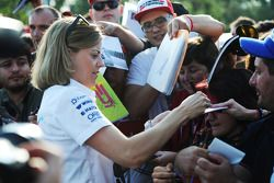 Susie Wolff, Williams Geliştirme Pilotu taraftarlar için imza dağıtıyor