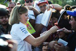 Susie Wolff signe des autographes