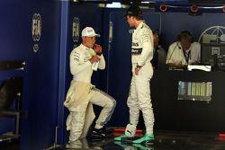 Valtteri Bottas avec Nico Rosberg dans le parc fermé