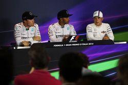Conférence de presse FIA après qualifications: Lewis Hamilton, Mercedes AMG F1, pole position; Valtteri Bottas, Williams, 3ème