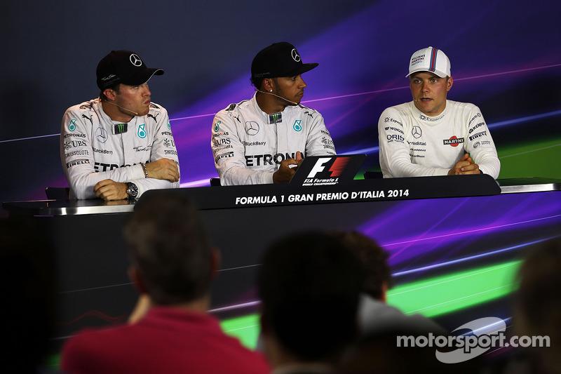 El puesto de la clasificación Conferencia de prensa de la FIA, Mercedes AMG F1, segundo; Lewis Hamilton, de Mercedes AMG F1, la pole position; Valtteri Bottas, Williams, tercero