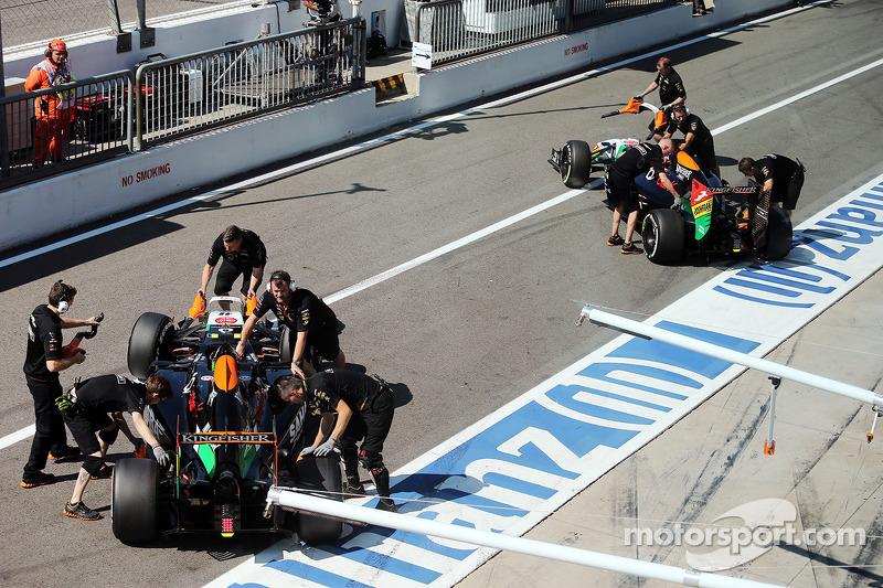 Sergio Perez, Sahara Force India F1 VJM07, e Nico Hulkenberg, Sahara Force India F1 VJM07, ai box