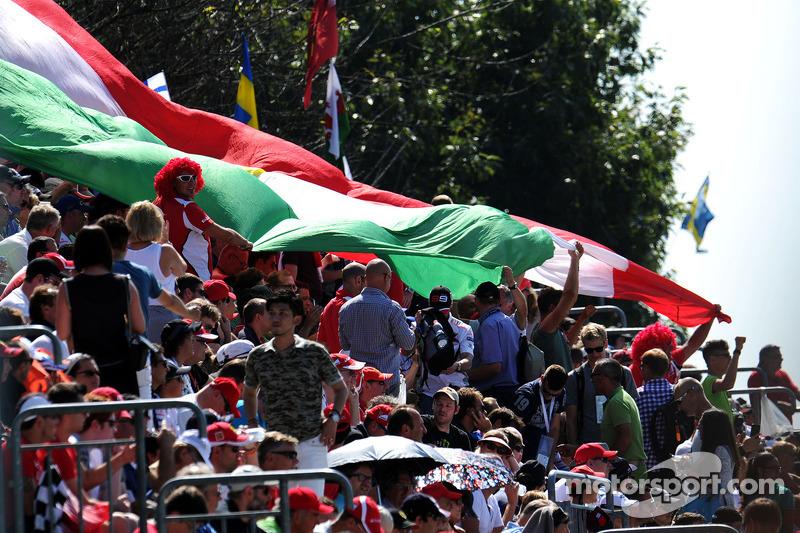 Los aficionados con una gran bandera italiana