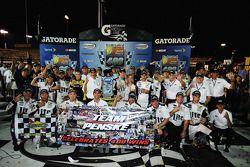 比赛获胜者 Brad Keselowski, Penske福特车队 庆祝 Penske's 400th win