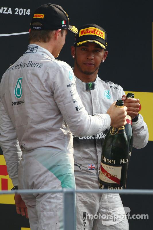 Vencedor da corrida Lewis Hamilton, Mercedes AMG F1, segundo lugar Nico Rosberg, Mercedes AMG F1