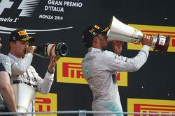Vainqueur: Lewis Hamilton, Mercedes AMG F1, 2ème Nico Rosberg, Mercedes AMG F1