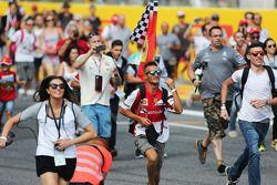 Fans envahissent le circuit après la course