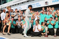 Race winner Lewis Hamilton, Mercedes AMG F1 celebrates with his step mother Linda Hamilton, father Anthony Hamilton, and the team