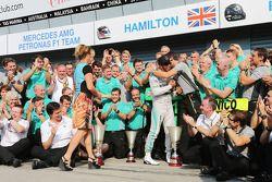Vainqueur: Lewis Hamilton, Mercedes AMG F1 heureux avec sa belle-mère Linda Hamilton, et l'équipe
