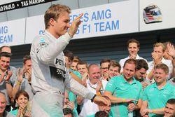 Nico Rosberg fête le doublé avec son équipe