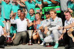 Vainqueur: Lewis Hamilton, avec Nico Rosberg, Mercedes AMG F1 et l'équipe