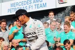 Vainqueur: Nico Rosberg, Mercedes AMG F1 heureux avec l'équipe