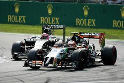 Sergio Perez, Sahara Force India F1 VJM07 devant Jenson Button, McLaren MP4-29