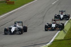 Valtteri Bottas, Williams FW36 ve Sergio Perez, Sahara Force India F1 VJM07 pozisyon için mücadele e