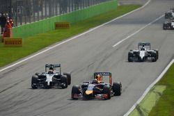 Sebastian Vettel, Red Bull Racing RB10 devant Kevin Magnussen, McLaren MP4-29