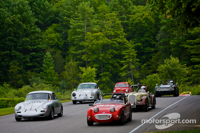 Savaş öncesi döneme ait Club Racing araçlarının formasyon turu