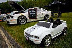 周日的竞赛公园,一辆Shelby GT/SC微型车