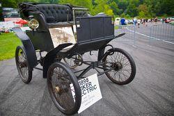 周日的竞赛公园,一辆1898的Riker电动车