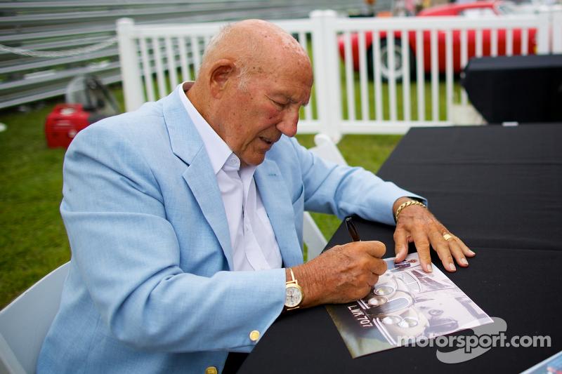 Sir Stirling Moss zet handtekeningen