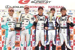 GT500获胜者中岛一贵,詹姆斯·罗西特,GT300获胜者饭田章,吉本大树,佐藤晋也