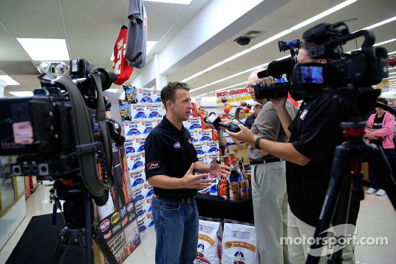 A.J. Allmendinger, JTG Daugherty Racing Chevrolet en visite au Kansas