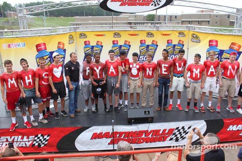 Ryan Newman, Richard Childress雪佛兰车队,访问Martinsville高中,作为穿越北美追逐活动的一部分